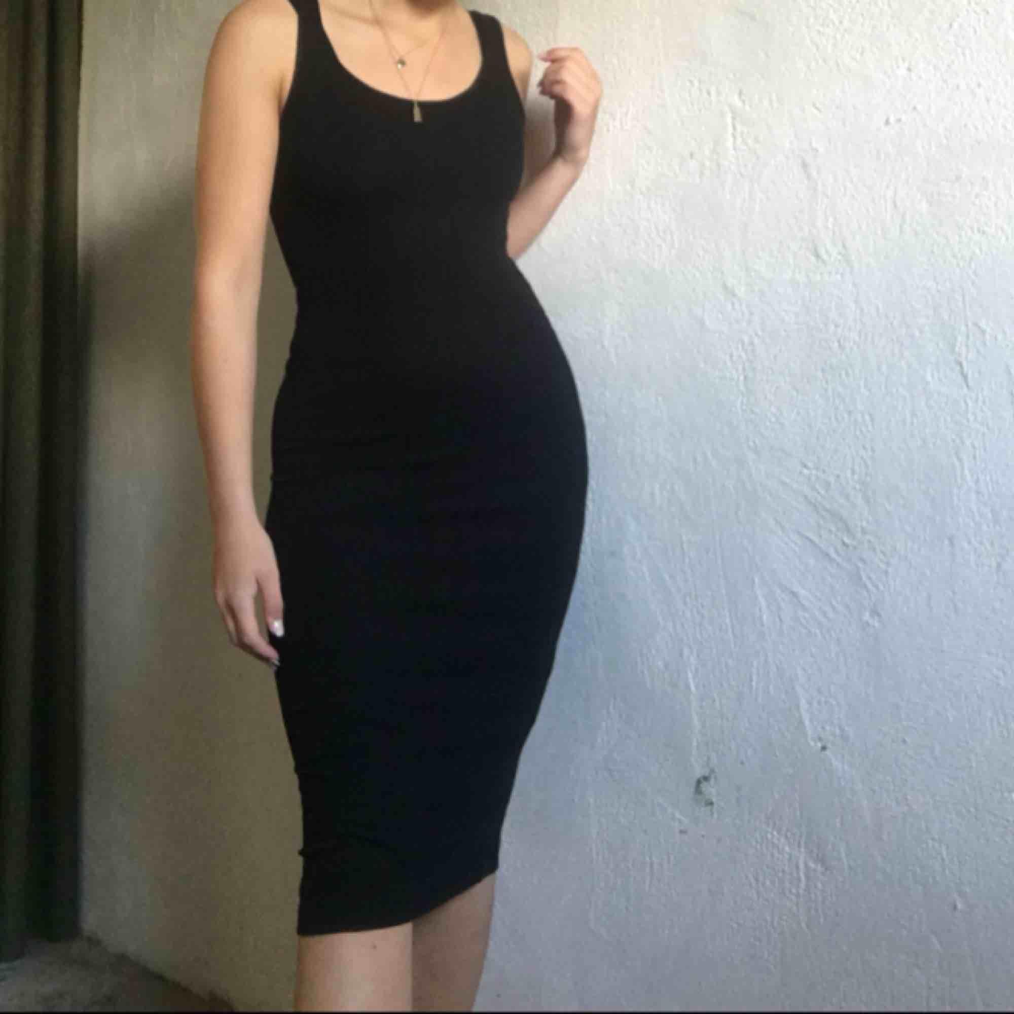 Jättefin svart klänning. Pris: 100kr + frakt🖤. Klänningar.