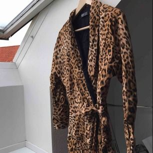 jättefin leopard playsuit från Zara i storlek S.  Bra skick använd en gång. Superfin passform. Nypris 499kr!!
