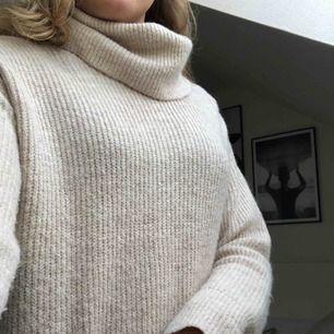 Stickad lång mysig tröjklänning. Köpt från mango för 399kr.