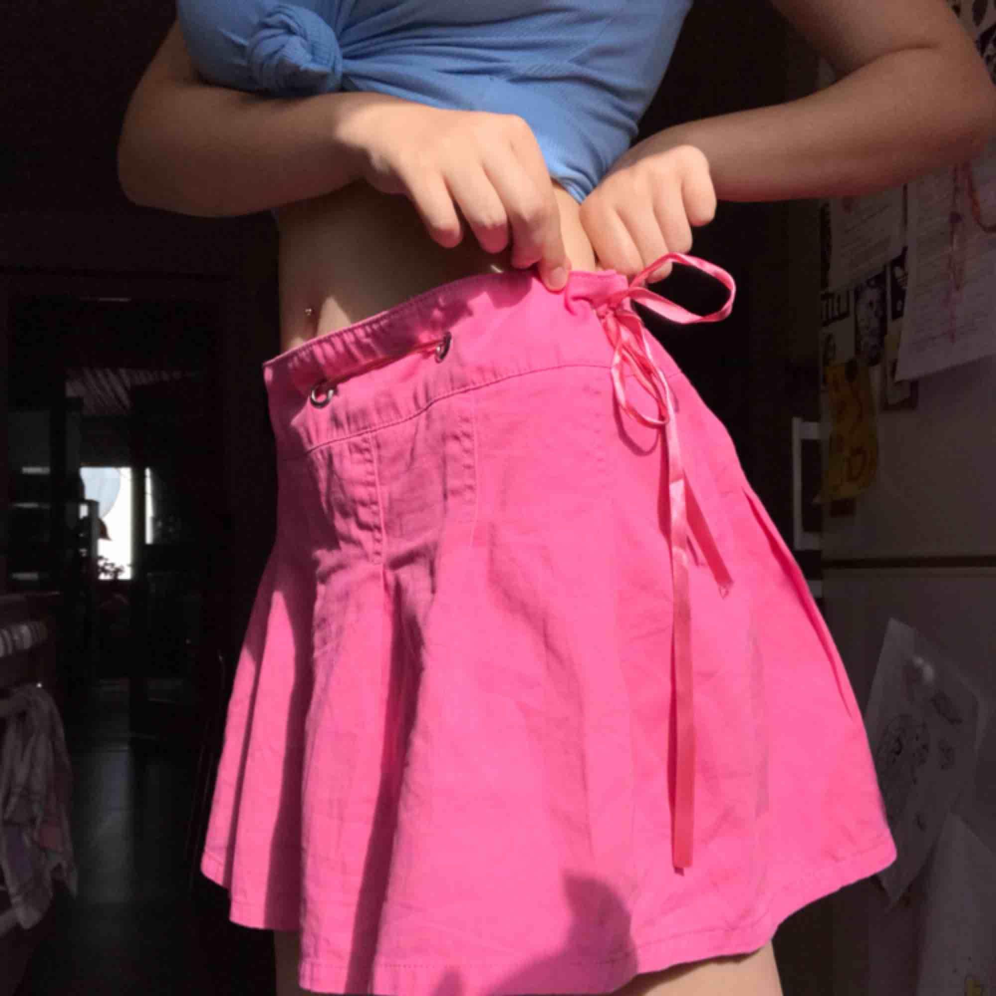 Super snygg kjol från dollskill av sugarthrillz, med lappen fortfarande på. Man kan justera storleken genom bandet så den passar dom flesta:). Köparen står för frakten:). Kjolar.