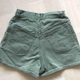 Högmidjade militärgröna jeansshorts. Supersnygga! Kan mötas upp på söder, annars tillkommer frakt❤️