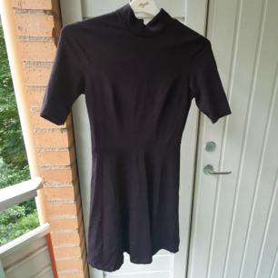 Svart klänning med skater skirt i storlek XS.