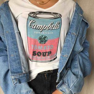 Cool t-shirt i JÄTTESKÖNT material! Går att styla snyggt till en jeansjacka mm. Kan mötas på söder annars tillkommer frakt😘