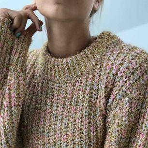 Jättefin stickad tröja från Ginatricot, med guldglitter!✨ Perfekt till hösten och ett par snygga jeans! Aldrig använd, endast till foto.
