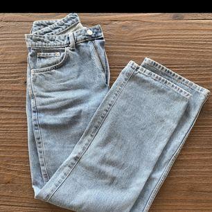 Ljusblå jeans från Weekday, modell ROW , strl 29/30 Förstora för mig i midjan och rumpan så skickar inte bilder hur dom Sitter på mig men man kan alltid googla.