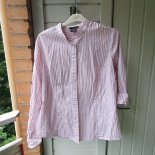 Randig rosa/vit skjorta från Ellos. Storlek 42/44, blir oversized på mig som vanligen har 36, brukar styla den med uppkavlade ärmar men den är långärmad (se bilder).
