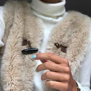 Ljus beige pälsväst från Zara, med snyggt knäppe upptill!⭐️ Riktigt snygg till hösten över en stickad tröja!👌🏼OBS! Ej äkta päls.