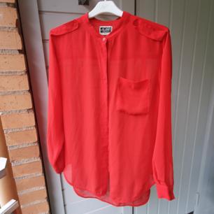 Röd skjorta från Weekday. Storlek S.