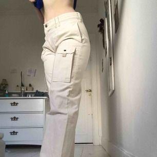 Jag säljer ett par äkta cargo byxor från Calvin Klein i storlek 'W31-L24', sitter som storlek S skulle jag säga. Jag säljer pga att jag har ändrat min stil. Köparen står för frakt och betalningen sker genom swish.☺️🦋