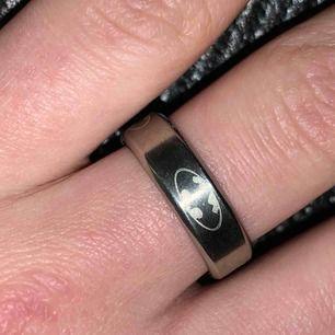 Sjukt cool silverfärgad ring med batmans märke på. Har även i svart och guld ( finns en annons i mitt flöde med dem)🌼