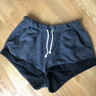 Super sköna mörkgråa mjukisshorts, tyvärr för tajta i midjan för min del. Köpta på H&M.