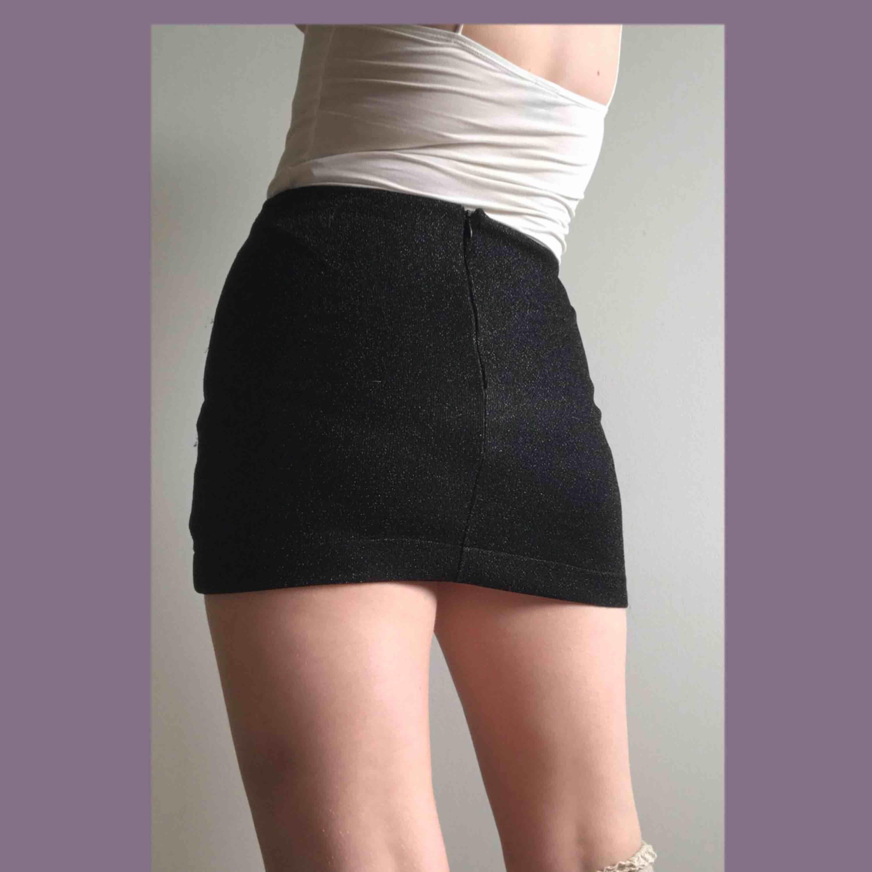 Sjukt fin glittrig kjol från topshop!! Den är asymmetrisk i fram och ser jävligt ball ut till allt!! KÖPAREN STÅR FÖR FRAKTEN! 🐉🐉🐉🐉🐉. Kjolar.