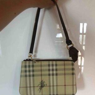 En cool 90-tals väska i burberry-design<3 A-kopia!