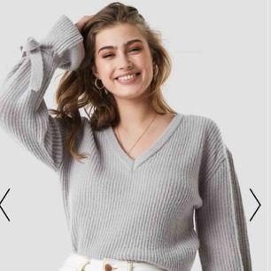 Grå stickad tröja ifrån linn ahlborg x nakd. Använd fåtal gånger. Perfekt inför hösten/vintern. Frakt tillkommer.