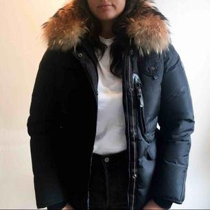 Säljer min Hollies dunjacka med pälskrage, modellen heter Livignio, nypris 4500kr🥰 Inköpt 2016, men sparsamt använd i helt och rent skick, har kemtvättats✨✨ kan mötas i Stockholm/Uppsala, eller skicka den (köpare står för frakt)