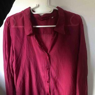 Tunn vinröd skjorta, storlek L men känns som en S. Aldrig använd. Frakt tillkommer.