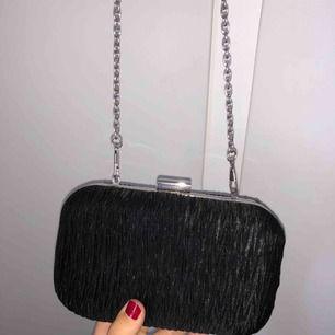 Svart väska med silvrig kedja , endast använd 1 gång!! Frakt står köparen för 😄