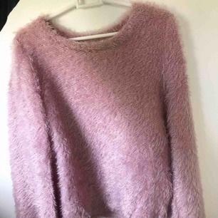 """Tunn """"stickad"""" """"rosa"""" fluffig tröja med ballong ärmar ifrån Gina tricot. Använd fåtal gånger. Frakt tillkommer."""