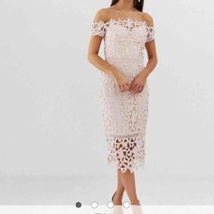 Puderrosa klänning i spets från Asos. I fint skick då den endast är använd vid ett tillfälle.