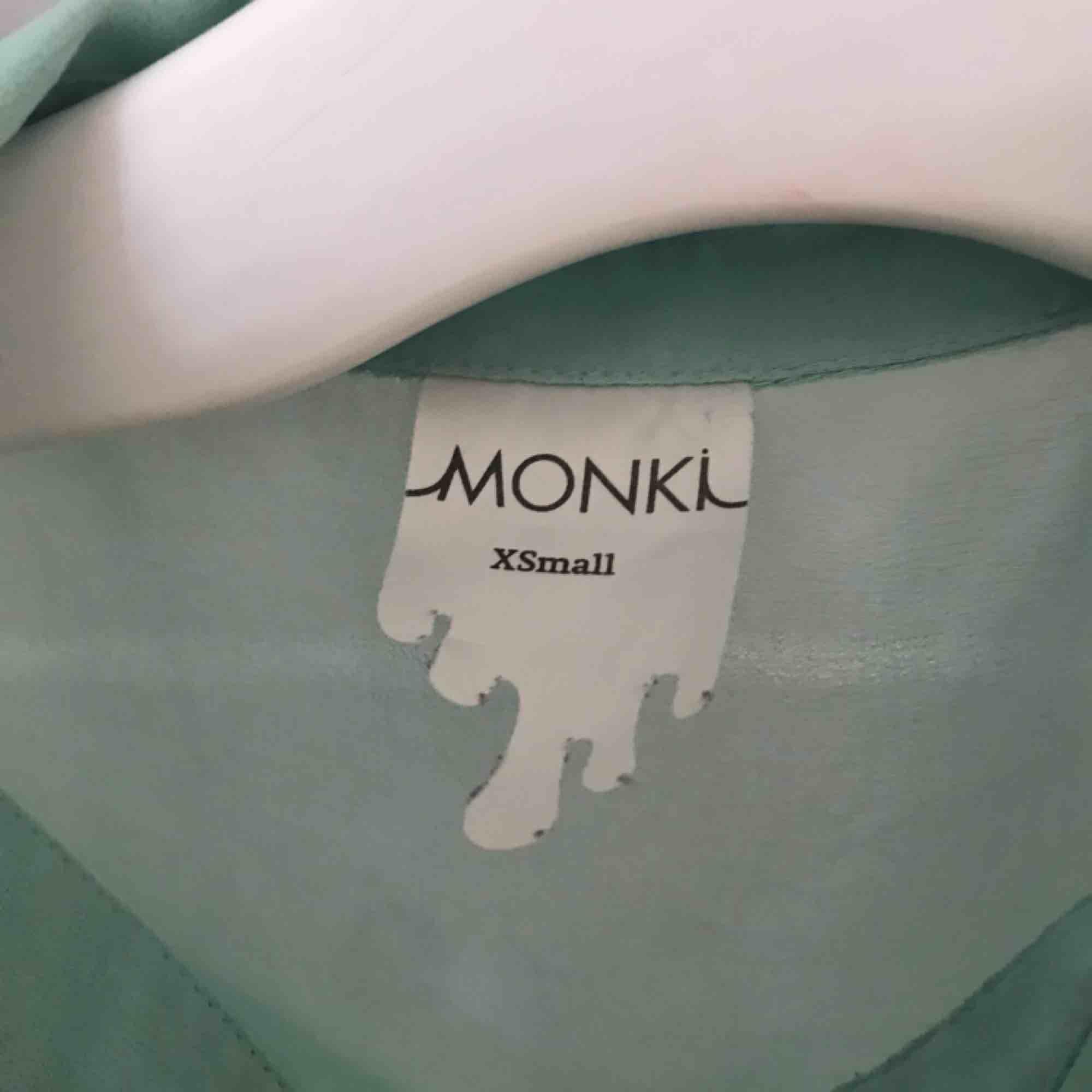 Skitsnyggt turkost linne i polyester tyg🙌🏼 Använd några gånger men i väldigt fint skick👌🏻buda!!. Toppar.