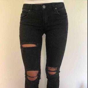 Svarta slitna byxor,  super skinny