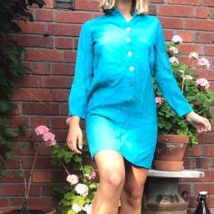 Vintage klänning i gott skick. Den har ingen lapp så vet inte vilken stl det är men passar mig som har S. Fin att ha med skärp i midjan också! +Frakt 50kr
