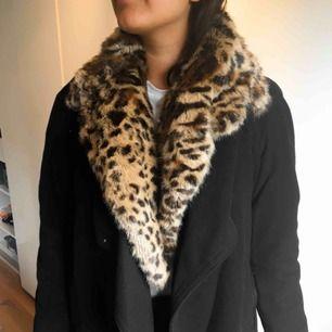 🌟 svart ullkappa från Zara, med fickor och möjlighet att knyta den i midjan. Medföljer gör även en leopardmönstrad fuskpäls-krage, också inköpt från Zara🐆🐆  Kan mötas i Uppsala/Stockholm alt. skicka, då står köparen för frakt!💛