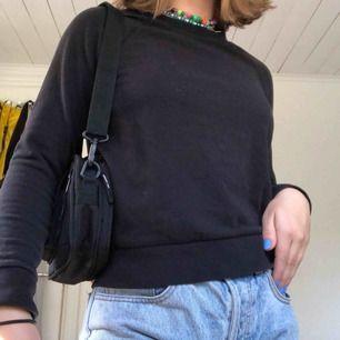 Basic svart sweatshirt🦋 En passar till allt tröja helt enkelt;) FRAKT: 55kr💓