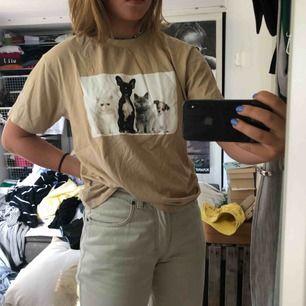 Beige t-shirt med tryck av hundar på! Enkel o snygg, endast använd fåtal gånger🦋👕  FRAKT: 42kr💓