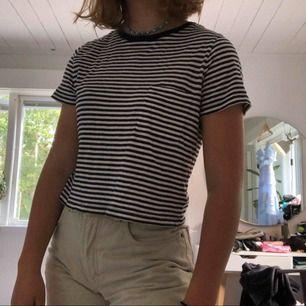 Copped randig t-shirt som livar upp en tråkig vanlig outfit💫🦋 FRAKT: 42kr💓
