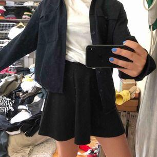 Basic svart kjol som funkar till allt!💓💓 FRAKT: 39kr