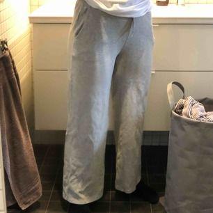 Raka, gråa mjukisbyxor!! Jag är 168 cm och byxorna går ungefär nedanför mina anklar.🥰🥰 FRAKT: 59 kr