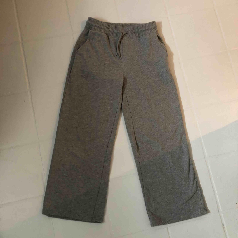 Raka, gråa mjukisbyxor!! Jag är 168 cm och byxorna går ungefär nedanför mina anklar.🥰🥰 FRAKT: 59 kr. Övrigt.