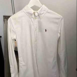 Figursydd skjorta från Ralp Lauren. Prislapp är på och är därför i nyskick. + 40 kr frakt tillkommer.