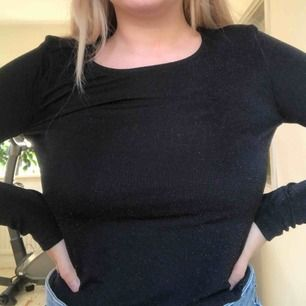 Långärmad croptop från monki!💓Aldrig använd🥰Man ser inte så bra men tröjan är glittrig.