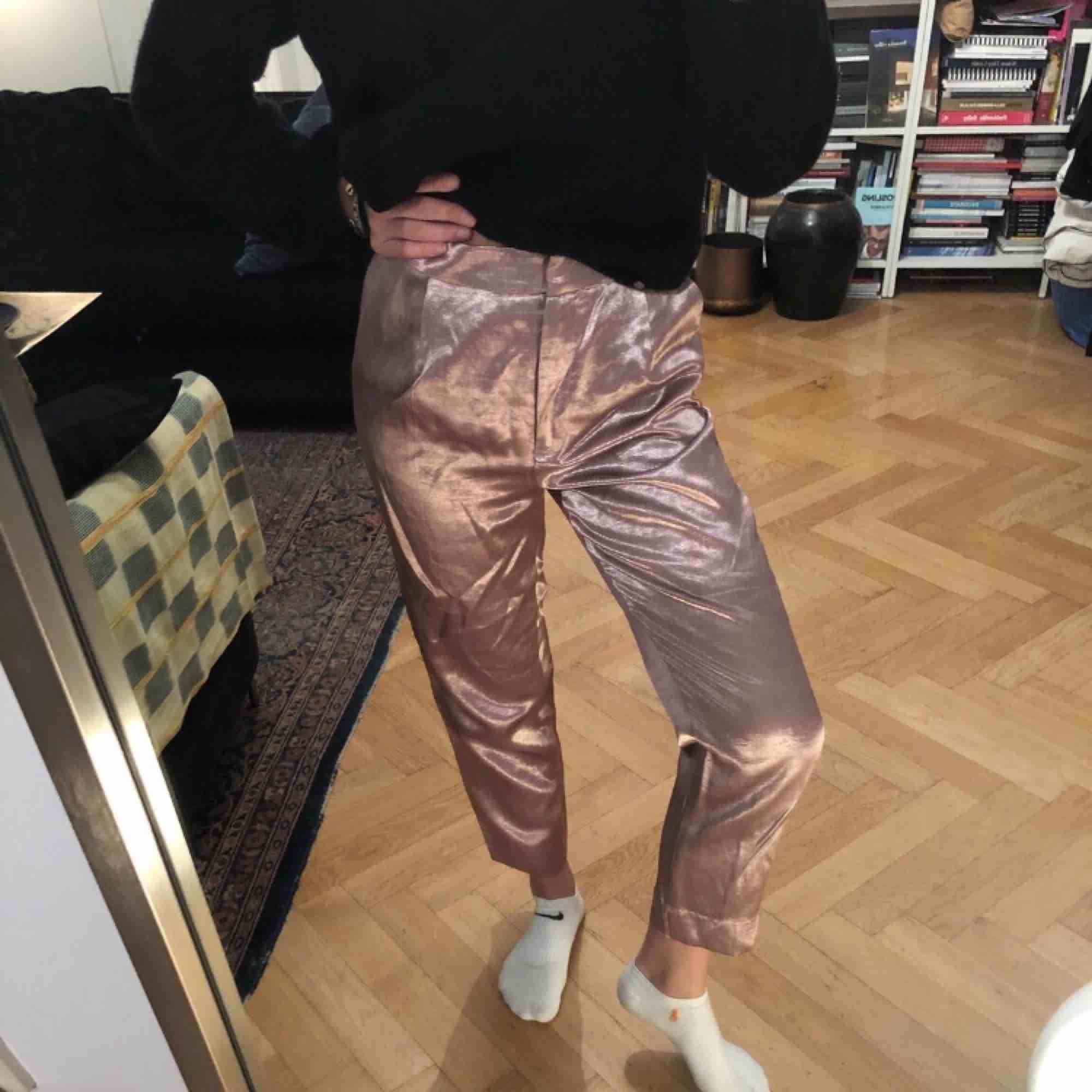 Kostym byxor från zara som är glansiga, är o storlek 34 men är lite större i modellen. Jeans & Byxor.