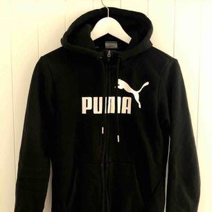 Svart puma hoodie i bra skick. En liten missfärgning (se bild 2) på magen men inte så synlig när man har på sig tröjan! Frakt tillkommer