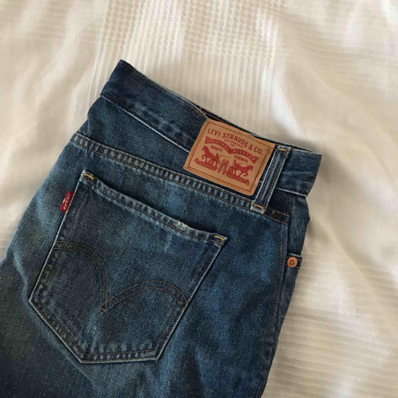 Kjol från Levi's, ganska kort i modellen. Endast använd ett fåtal gånger. Storlek 27 i midjan och skulle därför passa en person som vanligtvis har S/36 i byxor.  + 40 kr frakt tillkommer.. Kjolar.