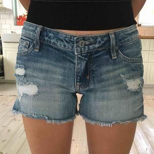 Ett par crocker jeans shorts gott skick med hål fram och fransar längst ner.