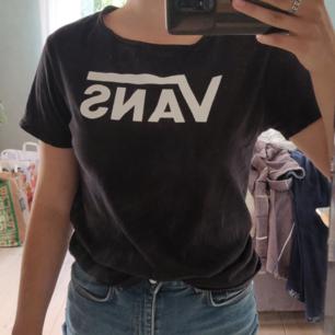 Svart t-shirt från Vans i storlek small. Fraktkostnaden är inräknad i priset 🌸