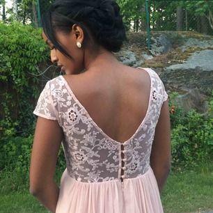 """""""Smuts rosa"""" spetsklänning från Vila. Endast använd en kväll, därför i väldigt bra skick. Passar perfekt till bal och lite finare tillfällen.  +40 kr frakt."""