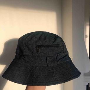 Supercool buckethat i en mörk denim färg (se bild två)   Helt i nyskick!   Mötas upp i linköping eller så står köparen för frakt