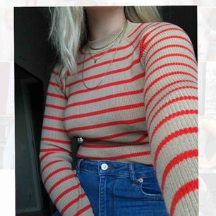 🌷Beige långärmad tröja med röd/orangea ränder från BIK BOK, använd ett fåtal gånger av mig men kvaliteten är som orörd. Väldigt stretchig och passar därför L också!✨