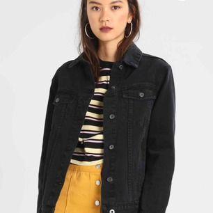Säljer en svart lite oversized jeansjacka ifrån Twintip. Knappt använd så väldigt bra skick. Väldigt snygg men även praktisk då den har innerfickor. Storlek xs men passar även S💕frakt tillkommer💕