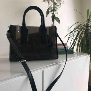 Genomskinlig väska ifrån zara med löstagbar innerväska, inköpt på zara i London för ca ett halvår sedan  väskan är väldigt sparsamt använd och i helt nyskick!  Möts upp i linköping eller så står köparen för frakten