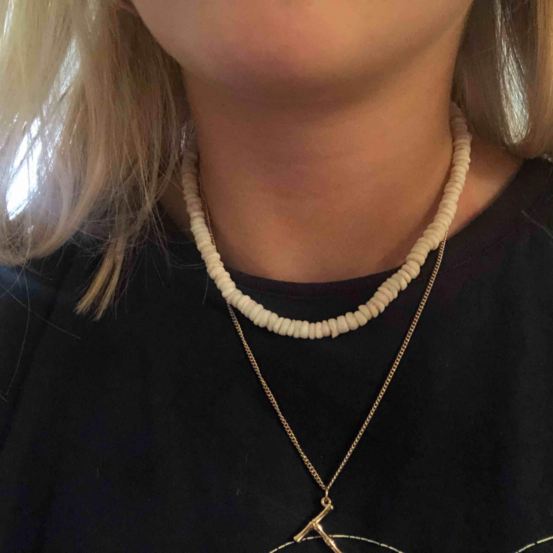 Halsband med stenar, inköpt på second hand men jag själv har aldrig använt det . Accessoarer.