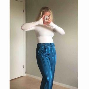 """💙Jättesköna blåa """"kostymbyxor"""" med glansiga ränder. Använd endast ett fåtal gånger men annars helt i nyskick! ✨"""
