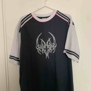 En fin tröja som jag inte använder längre. Det är i bra skick och inga fläckar:) på lappen så står det xxxl men skulle säga att den är L/Xl