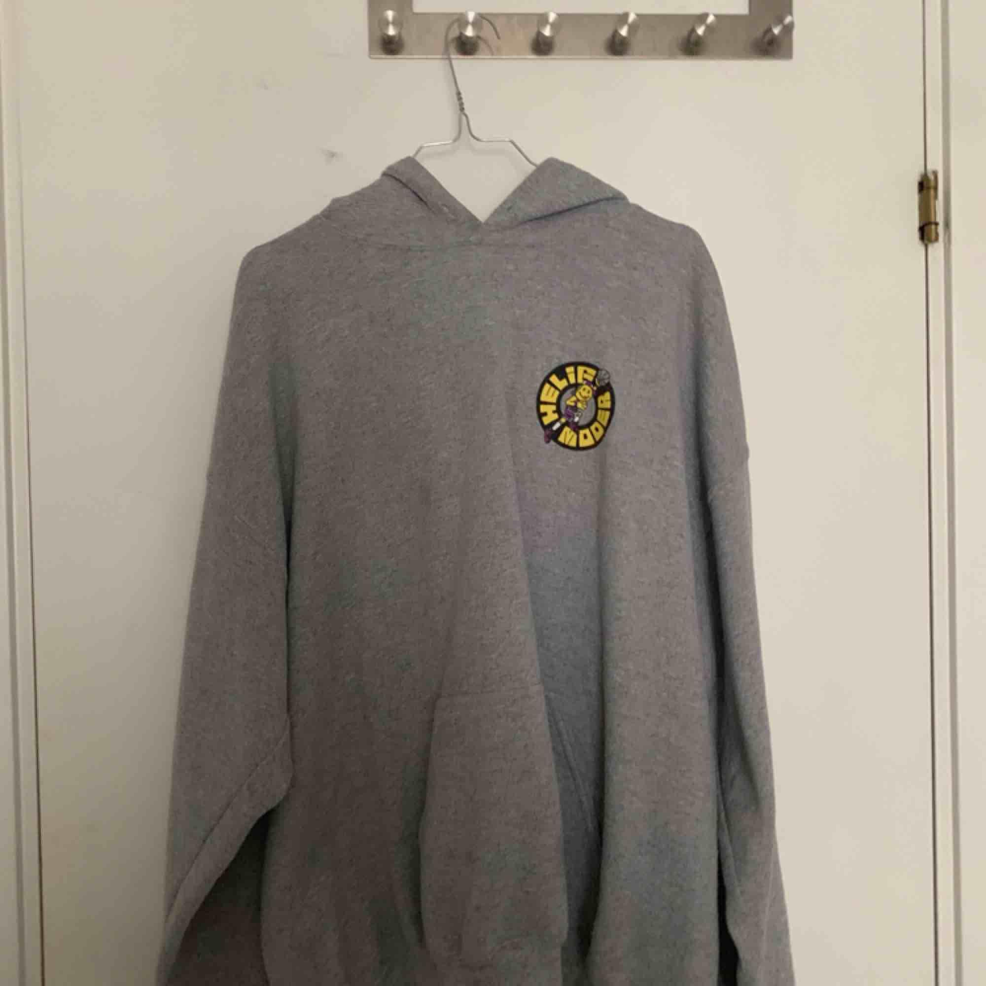 Har knappts använts. En cool silvana helig moder tour hoodie som jag köpte på konserten. Inga fläckar :). Huvtröjor & Träningströjor.
