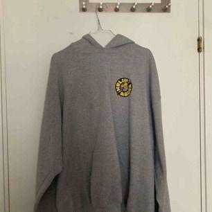 Har knappts använts. En cool silvana helig moder tour hoodie som jag köpte på konserten. Inga fläckar :)